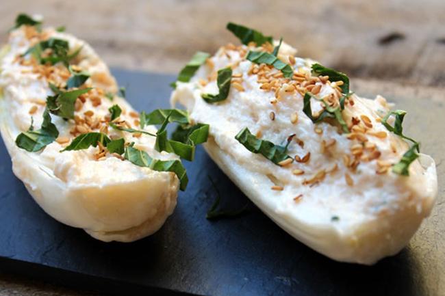 Barchette di indivia ai formaggi, erba cipollina e noci